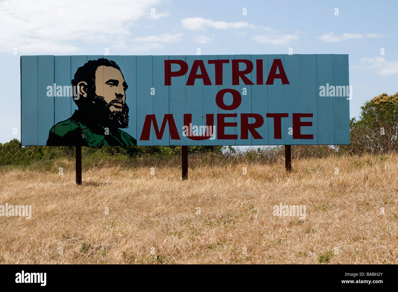 Rural billboard in Cuba with a revolutionary slogan and drawing of Fidel Castro - Stock Image