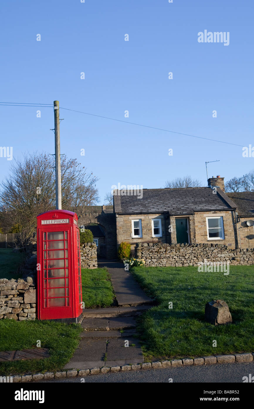 TRADITIONAL RED TELEPHONE BOX IN THE COUNTRYSIDE ENGLISH - Stock Image