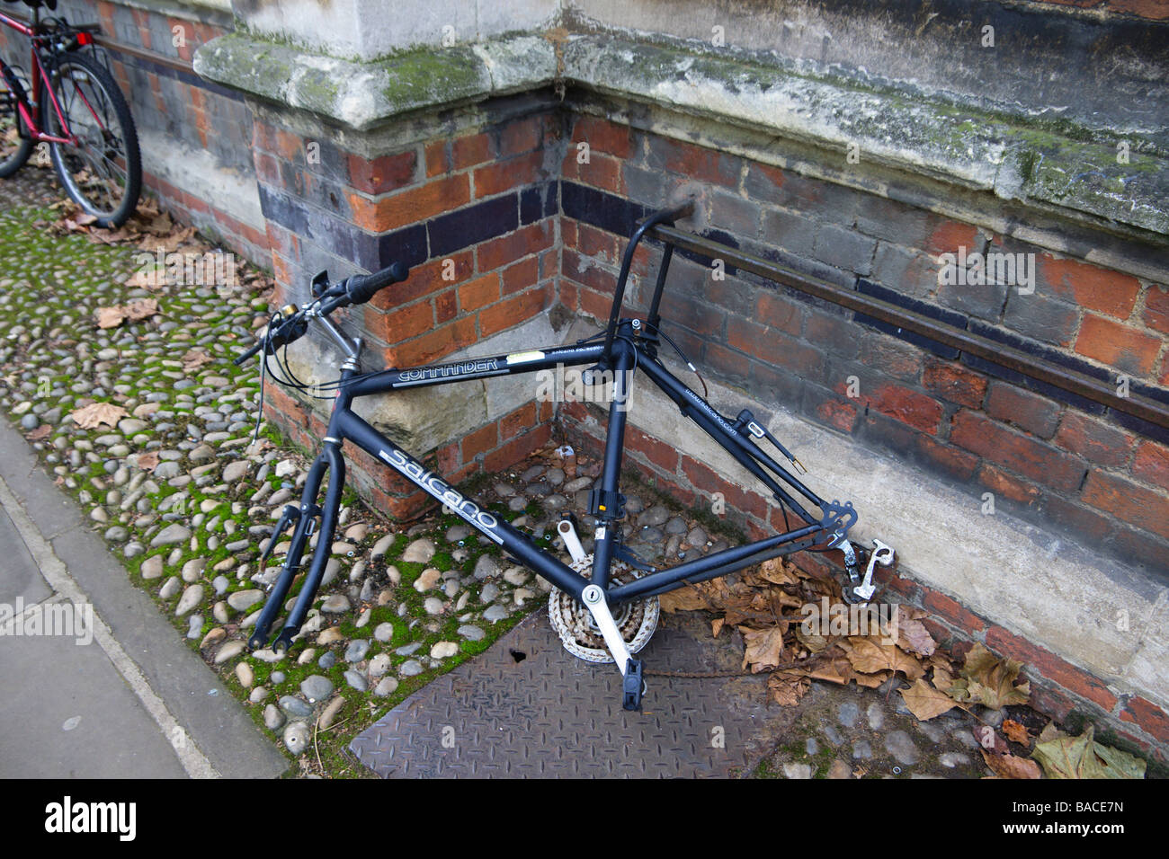 Vandalised bicycle chained to Jesus College railings in Oxford - Stock Image