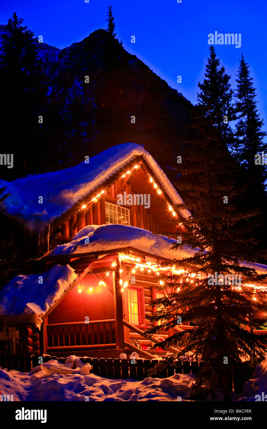 Log cabin covered in snow near Lake Louise. - Stock Image