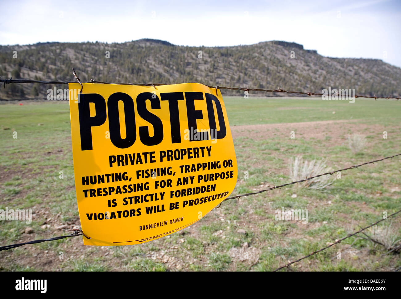 USA OREGON CROOKED RIVER VALLEY A Posted sign on a barbed wire fence tells people they can t trespass on private - Stock Image