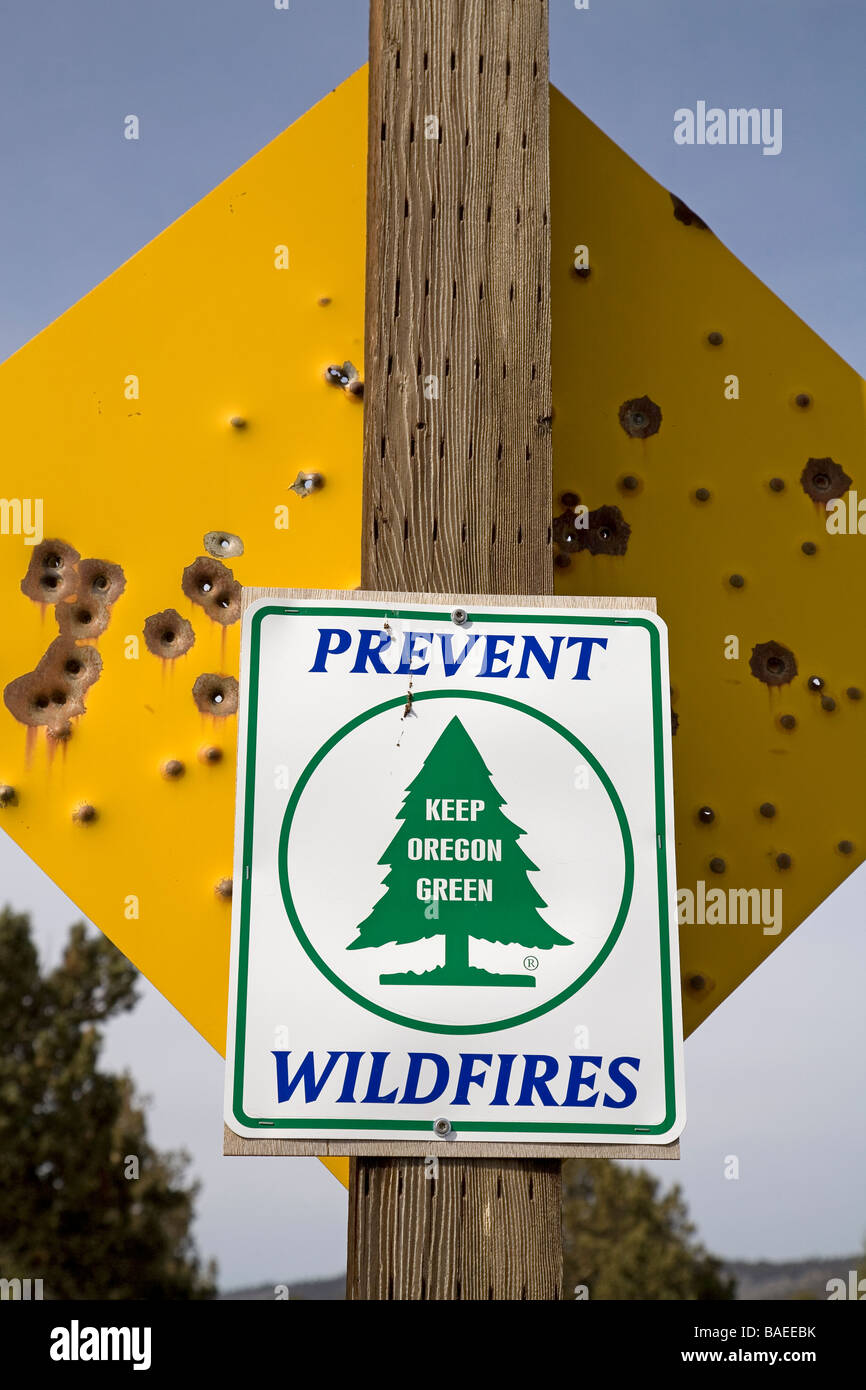 USA OREGON CROOKED RIVER VALLEY A prevent wildfires in Oregon sign on the b ack of a bullet riddled warning sign - Stock Image