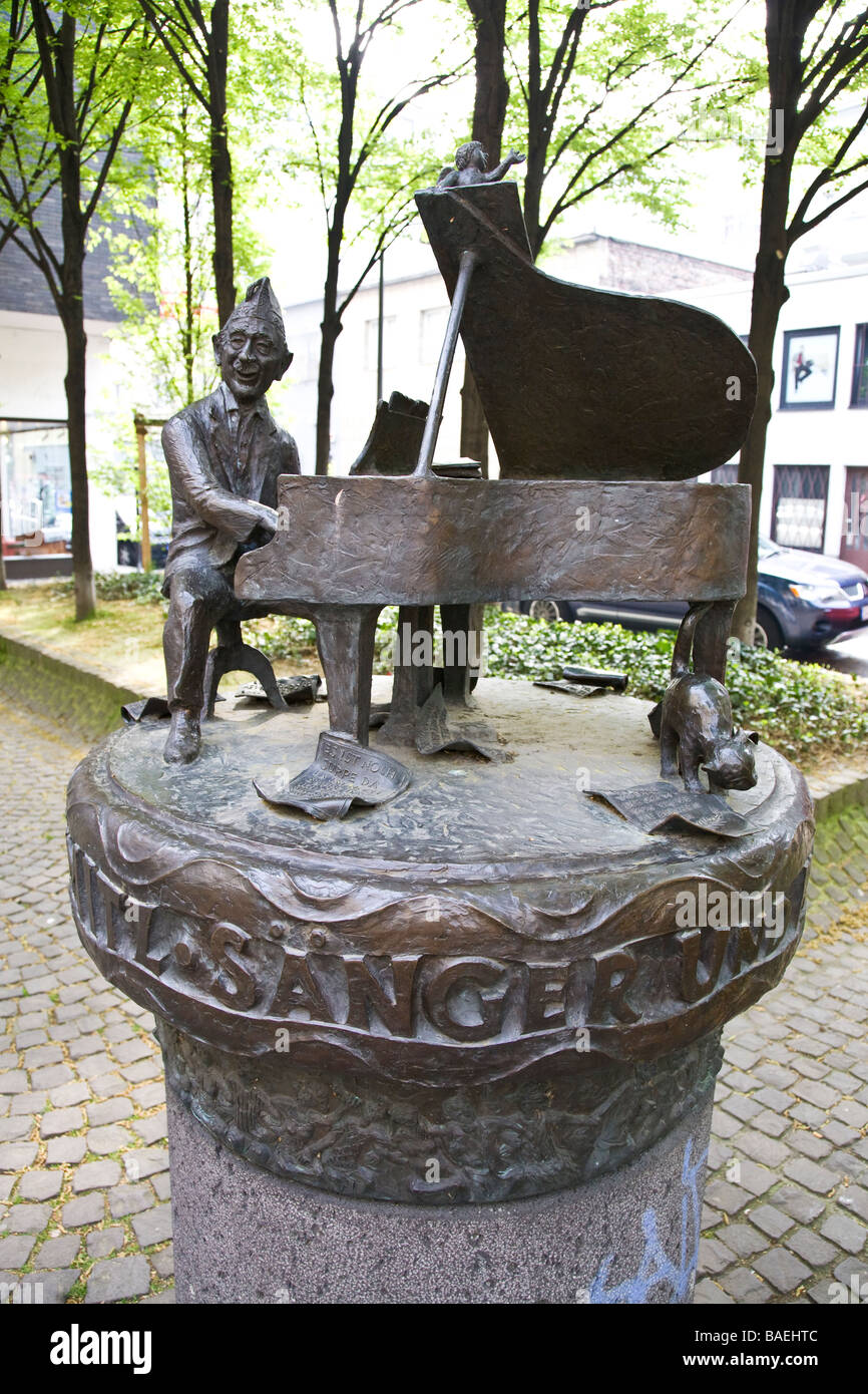 Humerous sculpture of a piano player in the old town of Cologne - Stock Image