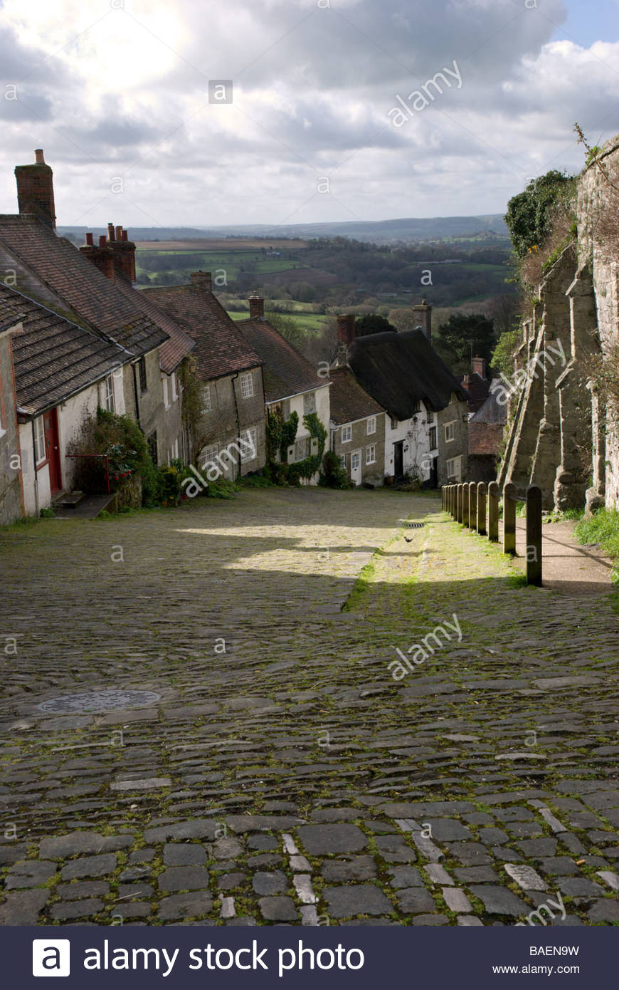Downhill view of Gold Hill ,Shaftesbury, Dorset, England, UK - Stock Image