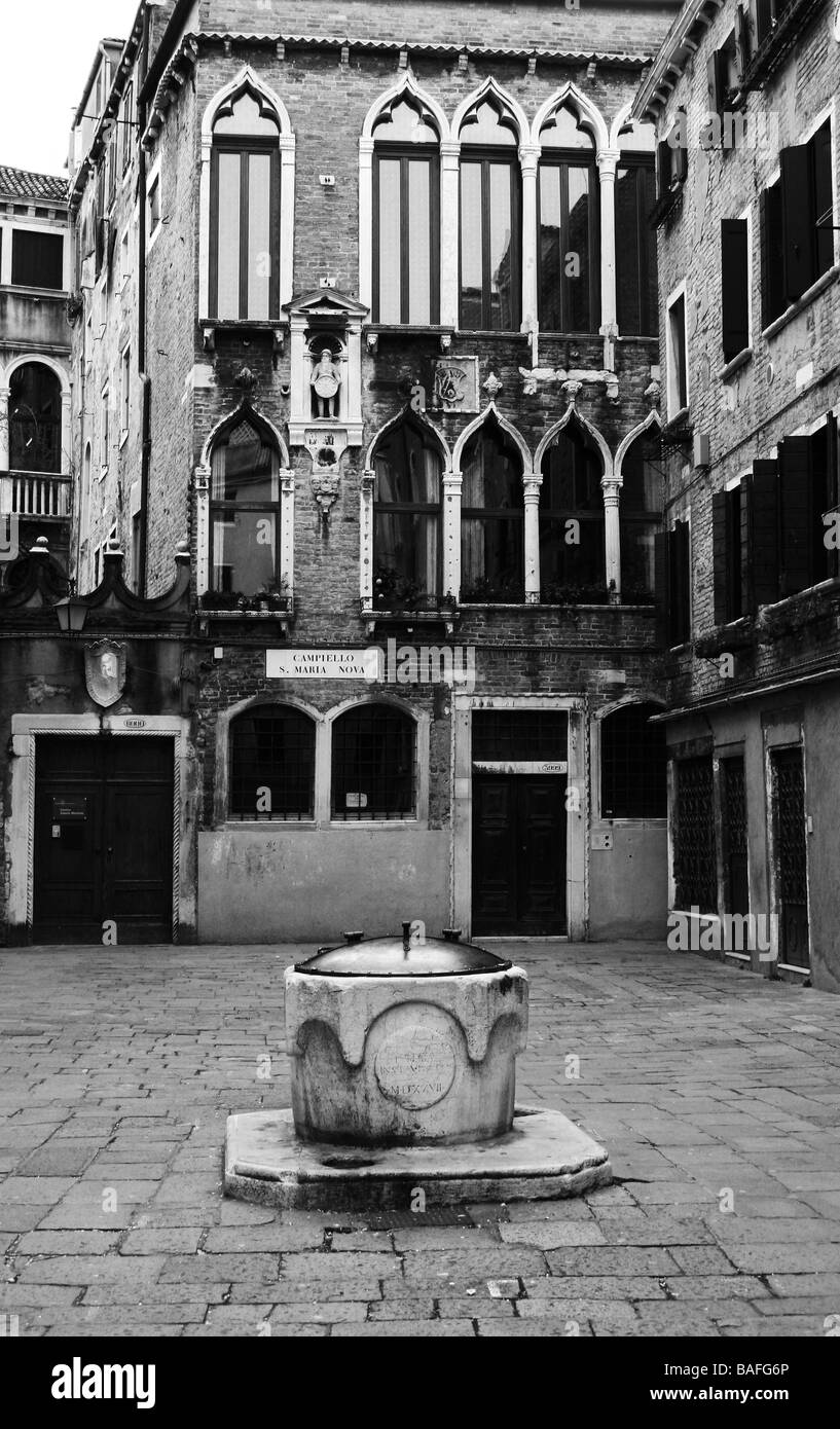 Small Venetian courtyard with well - Stock Image