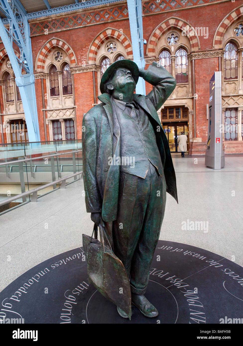 Martin Jennings sculpture Sir John Betjeman on the concourse at St Pancras Station London England - Stock Image