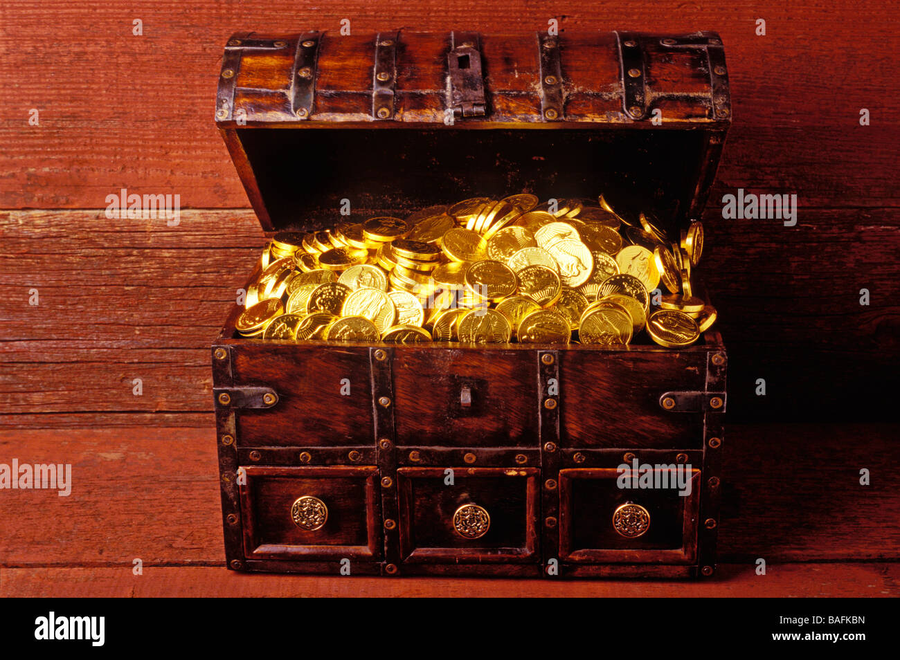 Treasure chest full of gold - Stock Image