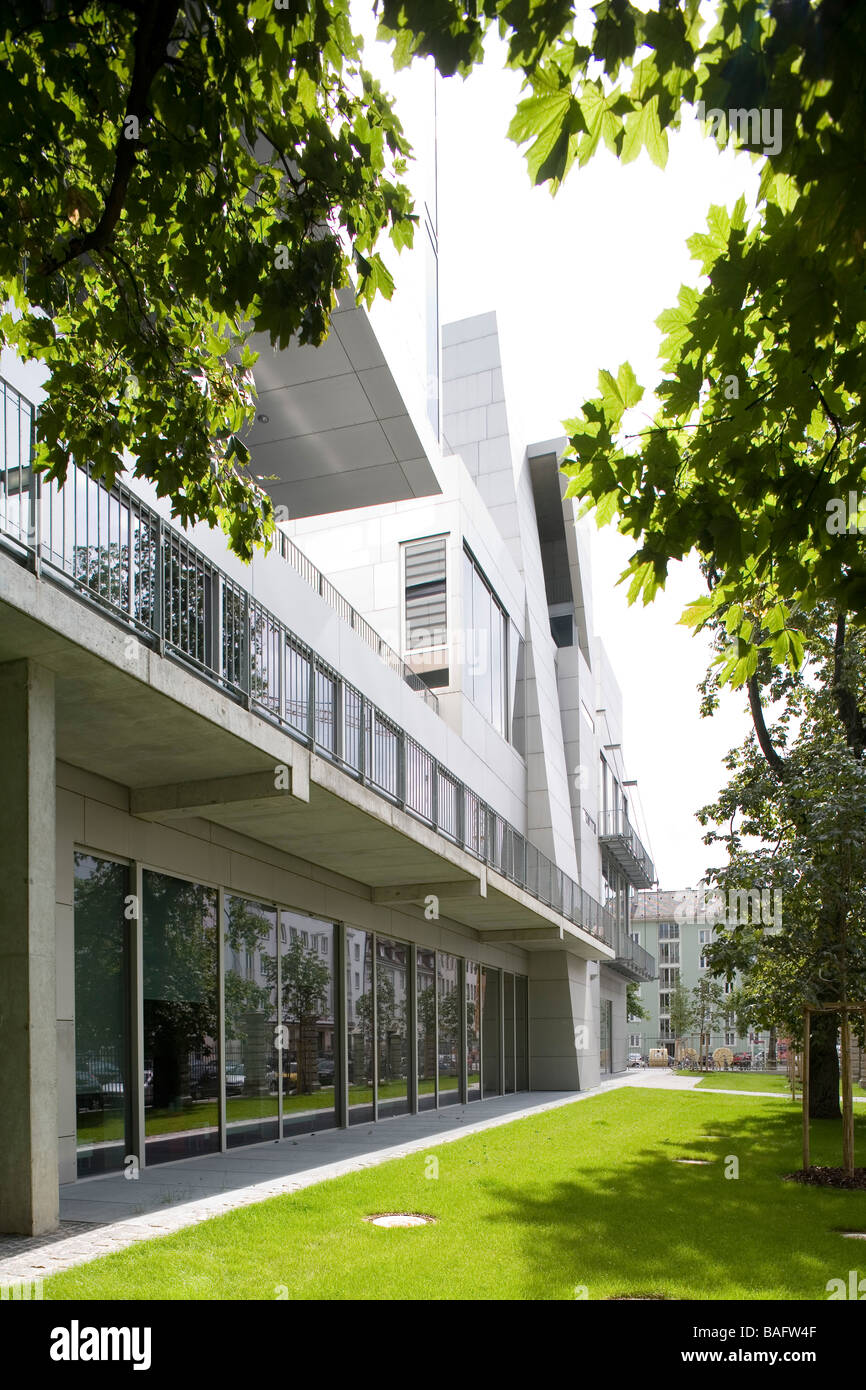 Academia of Fine Arts, Munich, Germany, Coop Himmelb(l)au, Academia of fine arts west elevation from the garden. - Stock Image