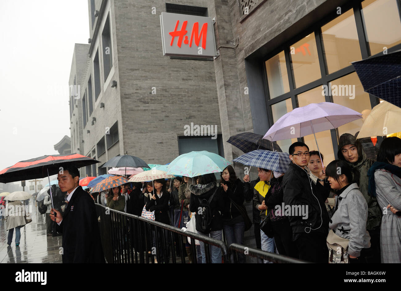 Chinese consumers line up to shop at the first H&M store in Beijing China 23 Apr 2009 - Stock Image