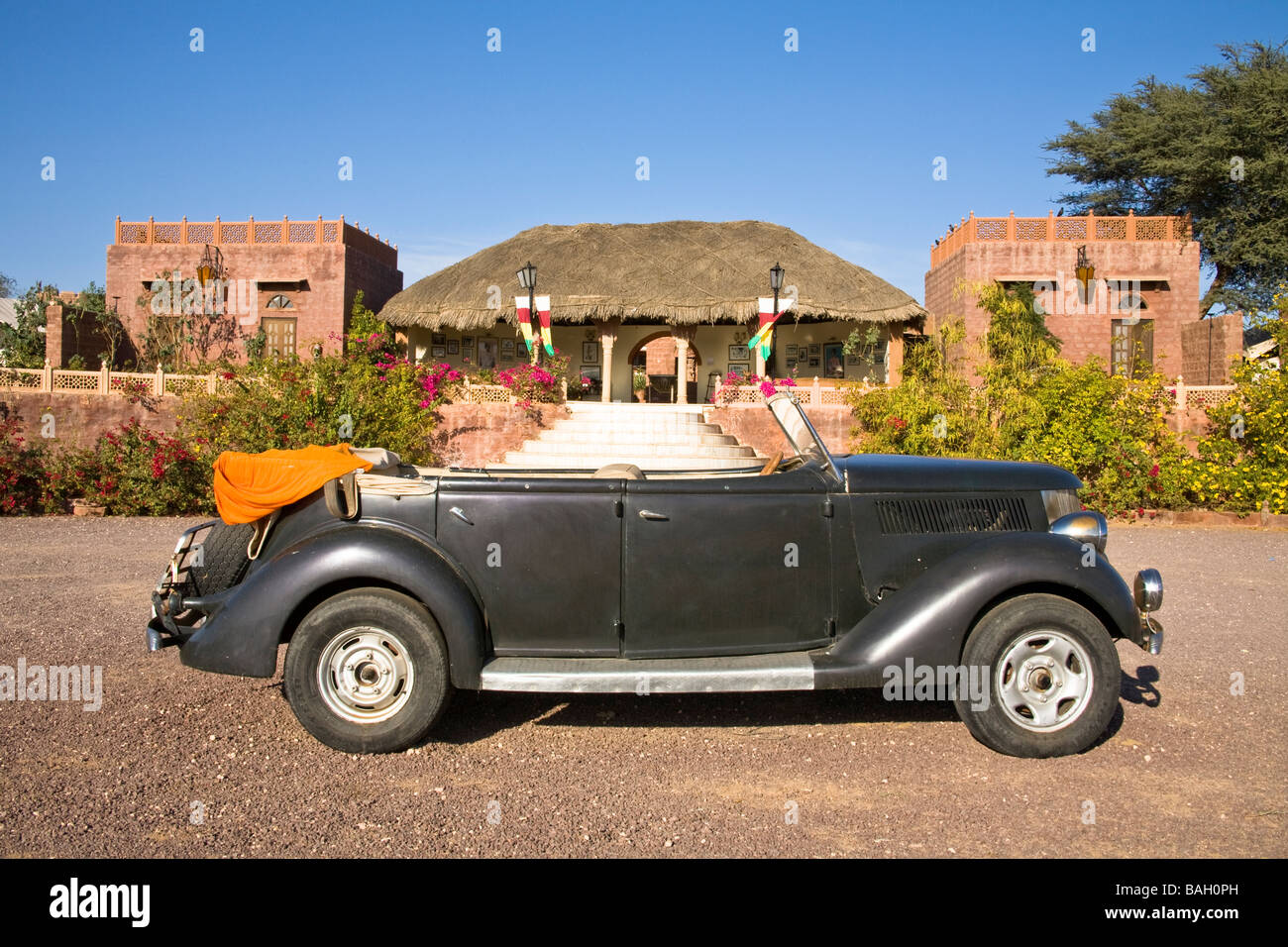 Old car in front of the reception area at Osian Camel Camp, Osian, Rajasthan, India - Stock Image
