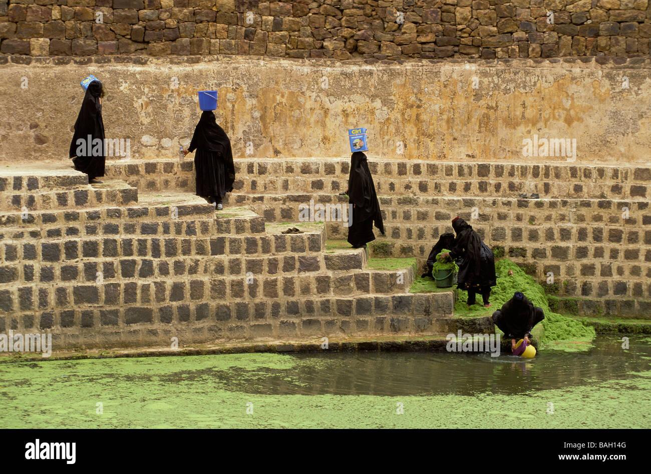 Yemen, North Yemen, Shahara, water tank, women looking for water - Stock Image