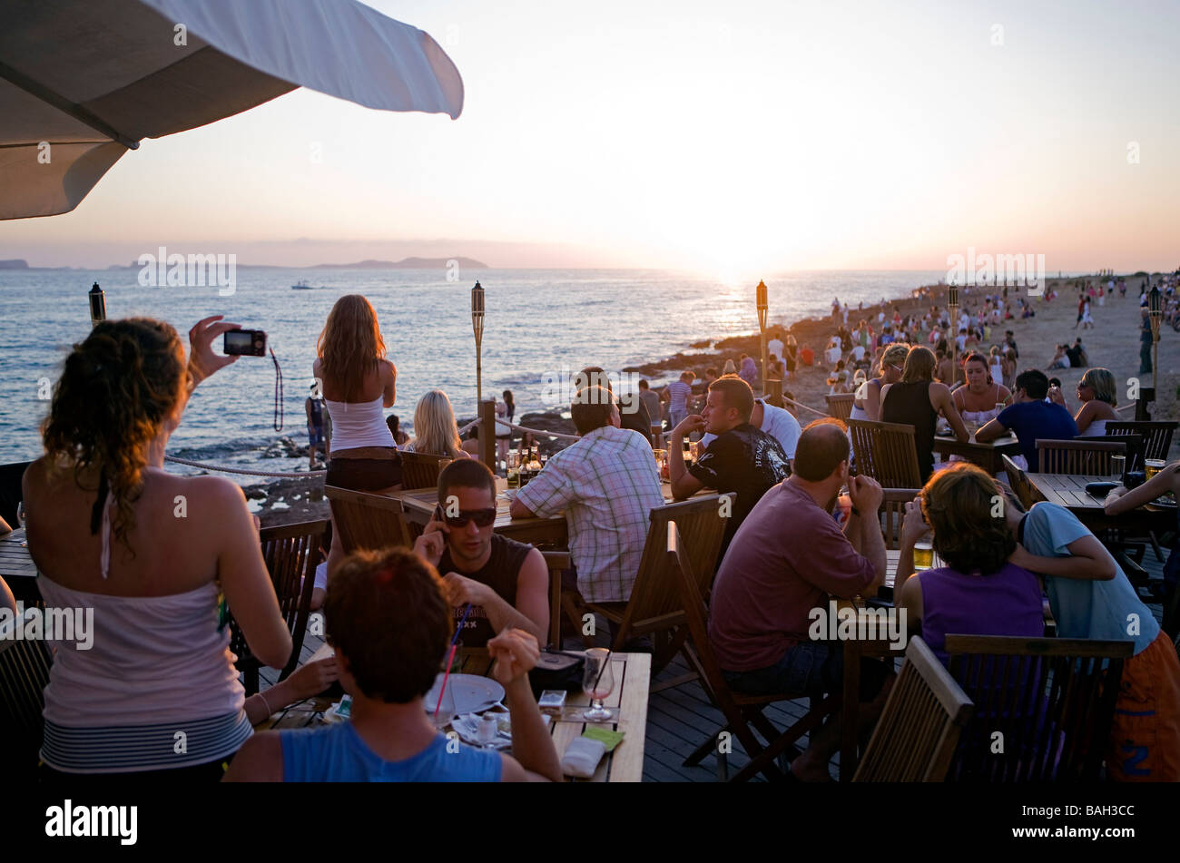 Spain, Balearic Islands, Ibiza island, Sant Antoni, every day at sunset, young people meet in front of the Cafe - Stock Image