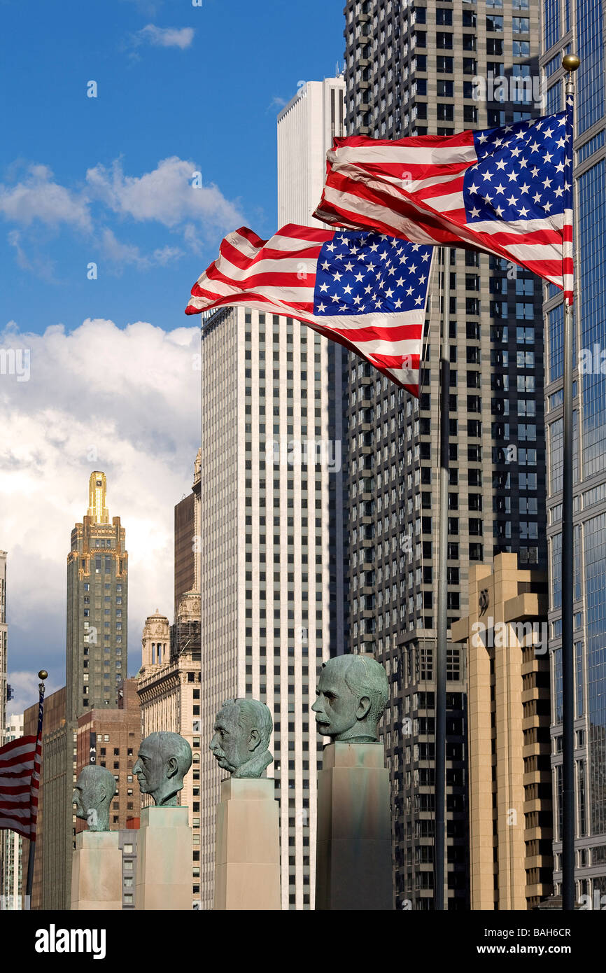 United States, Illinois, Chicago, businessmen busts at the bottom of the Merchandise Mart, Americain flags, skyscrapers - Stock Image