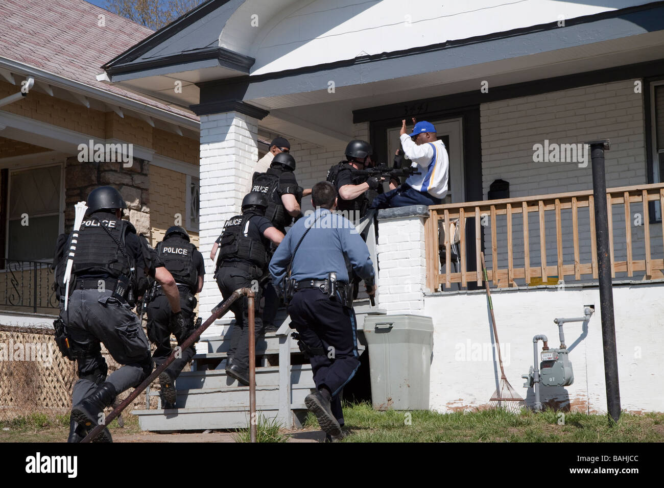 Police Tactical Team serving a high risk drug-related search warrant in Kansas City, MO. Street Narcotics Unit/TAC - Stock Image