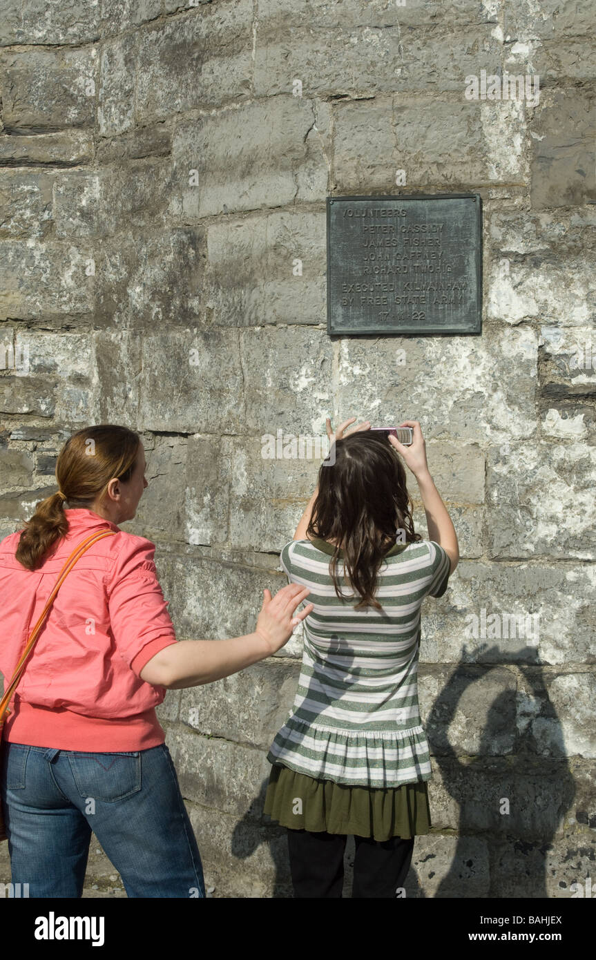 Inscription commemorating the place where the leaders of the 1916 Easter uprising were executed at Kilmainham Gaol. - Stock Image