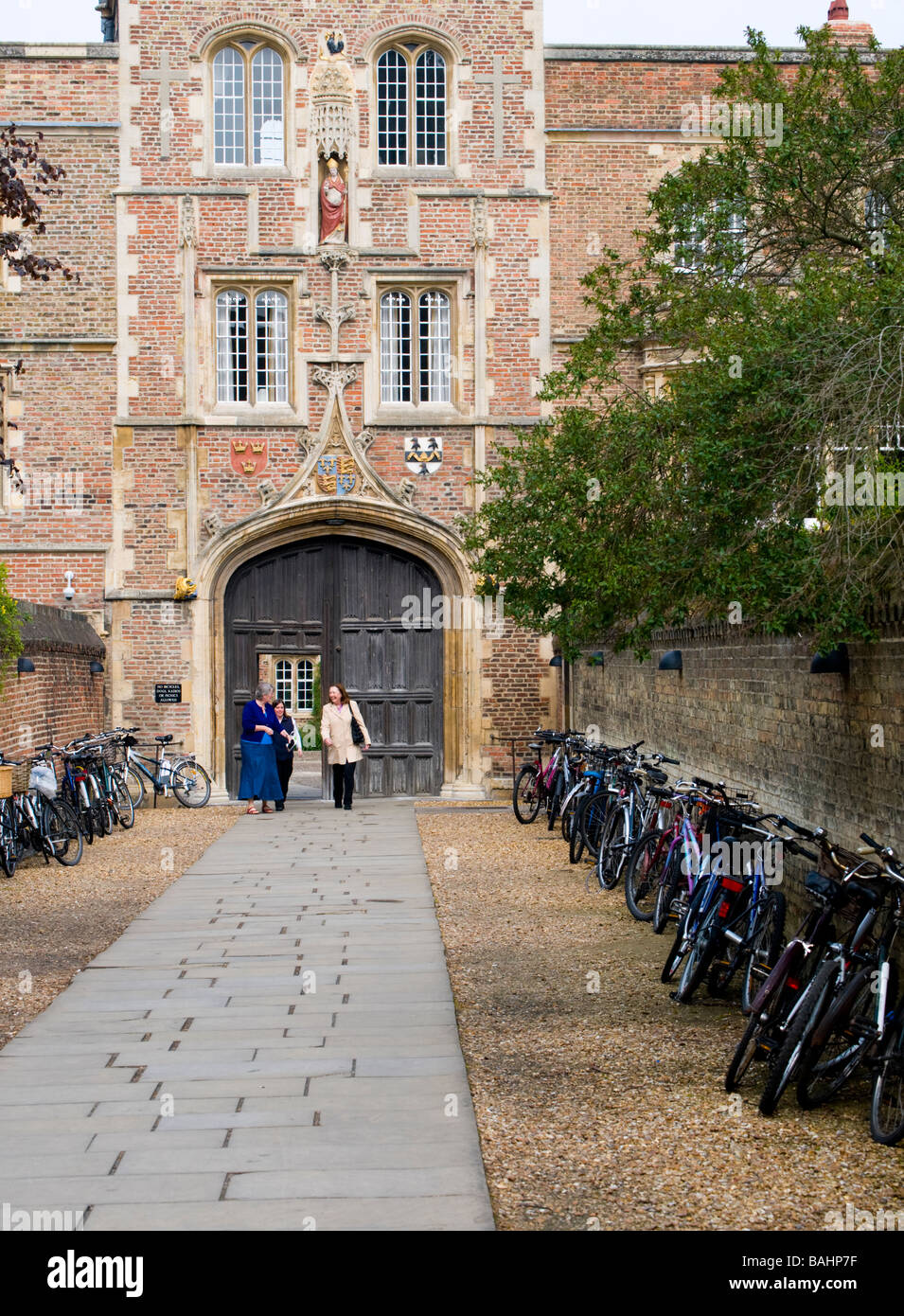 Cambridge, England, UK. Bicycles at entrance to Jesus College - Stock Image