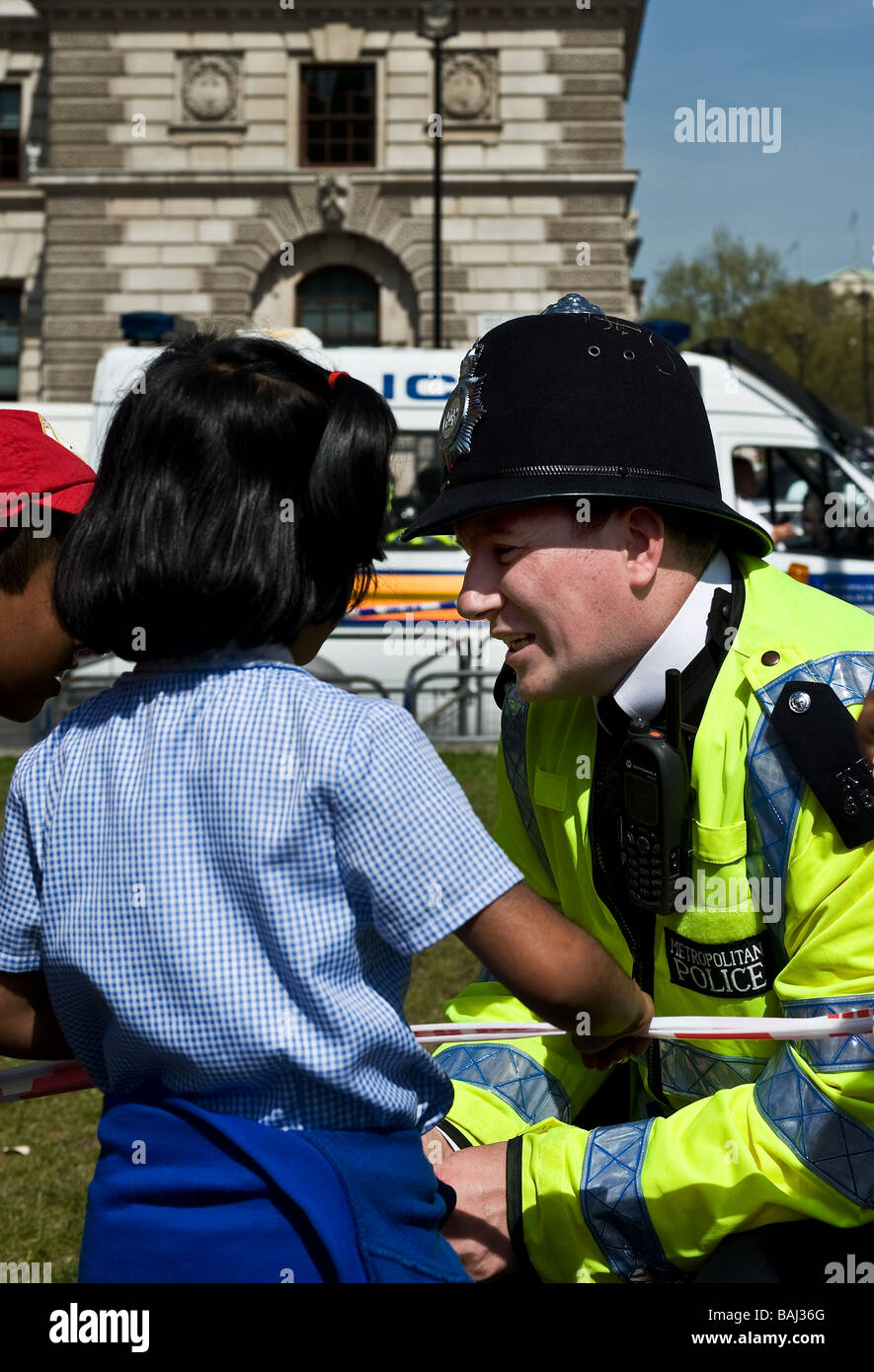 A friendly Metropolitan Policeman talking to schoolchildren at the Tamil protest in London.  Photo by Gordon Scammell - Stock Image