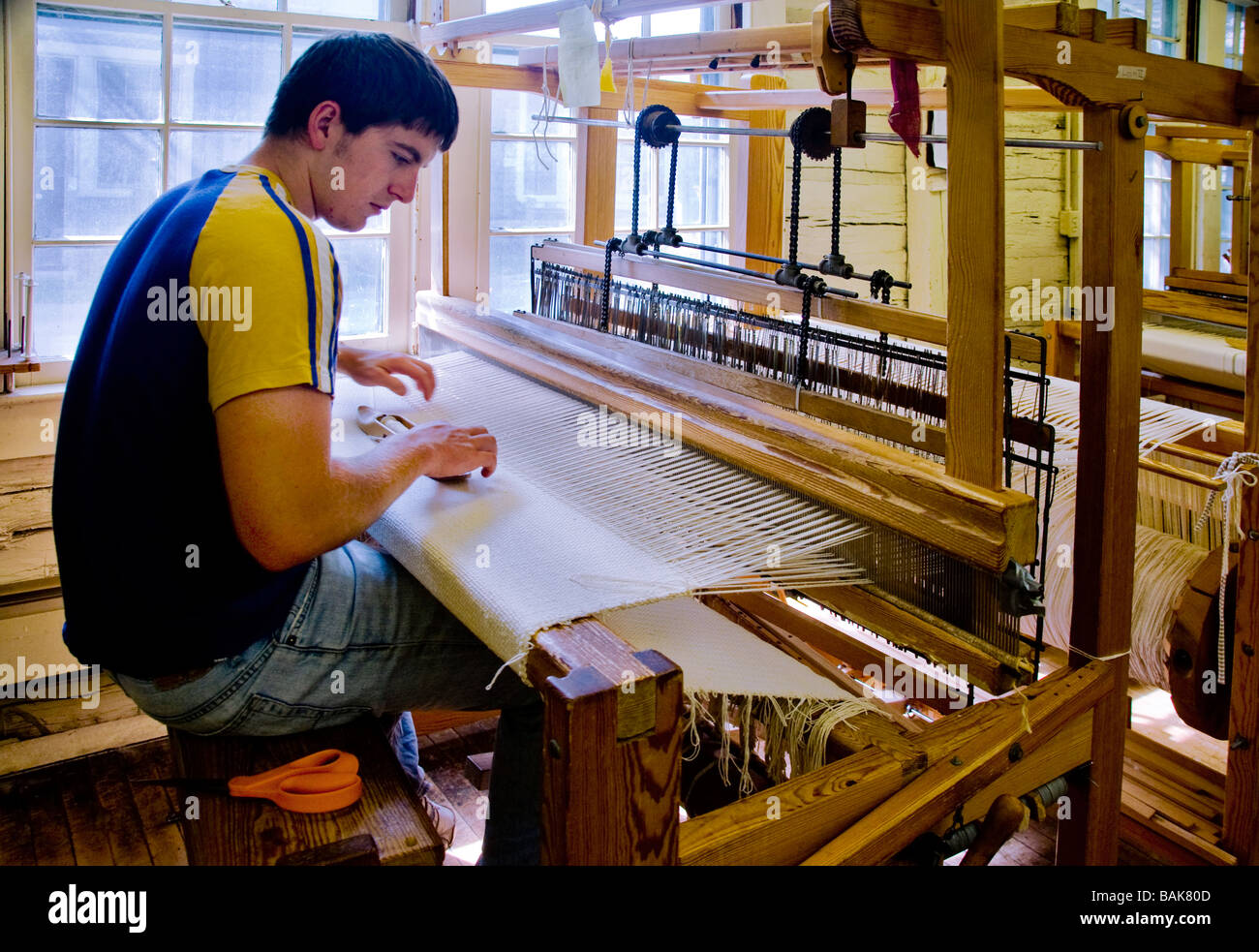 Student weaving at the Berea College Log House Craft Gallery in Berea Kentucky - Stock Image