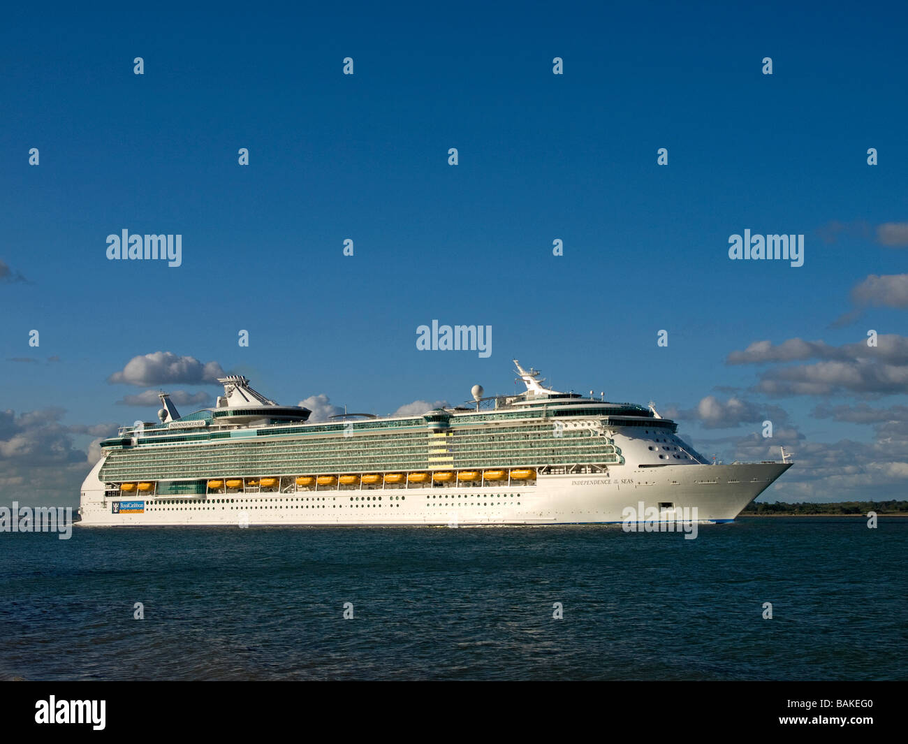Cruise ship Independence of the Seas leaving Southampton - Stock Image