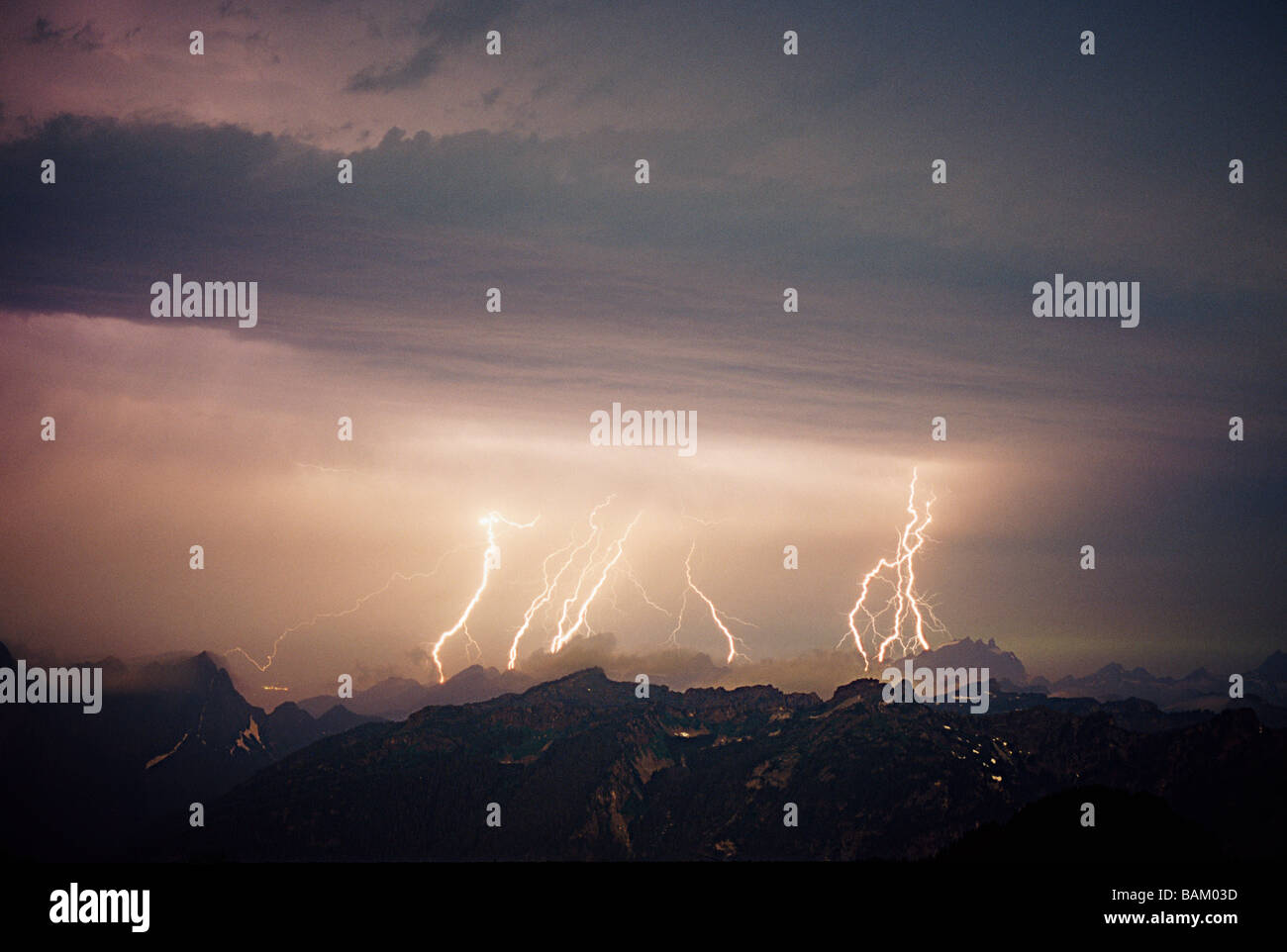 Lightning storm over cascade mountains - Stock Image