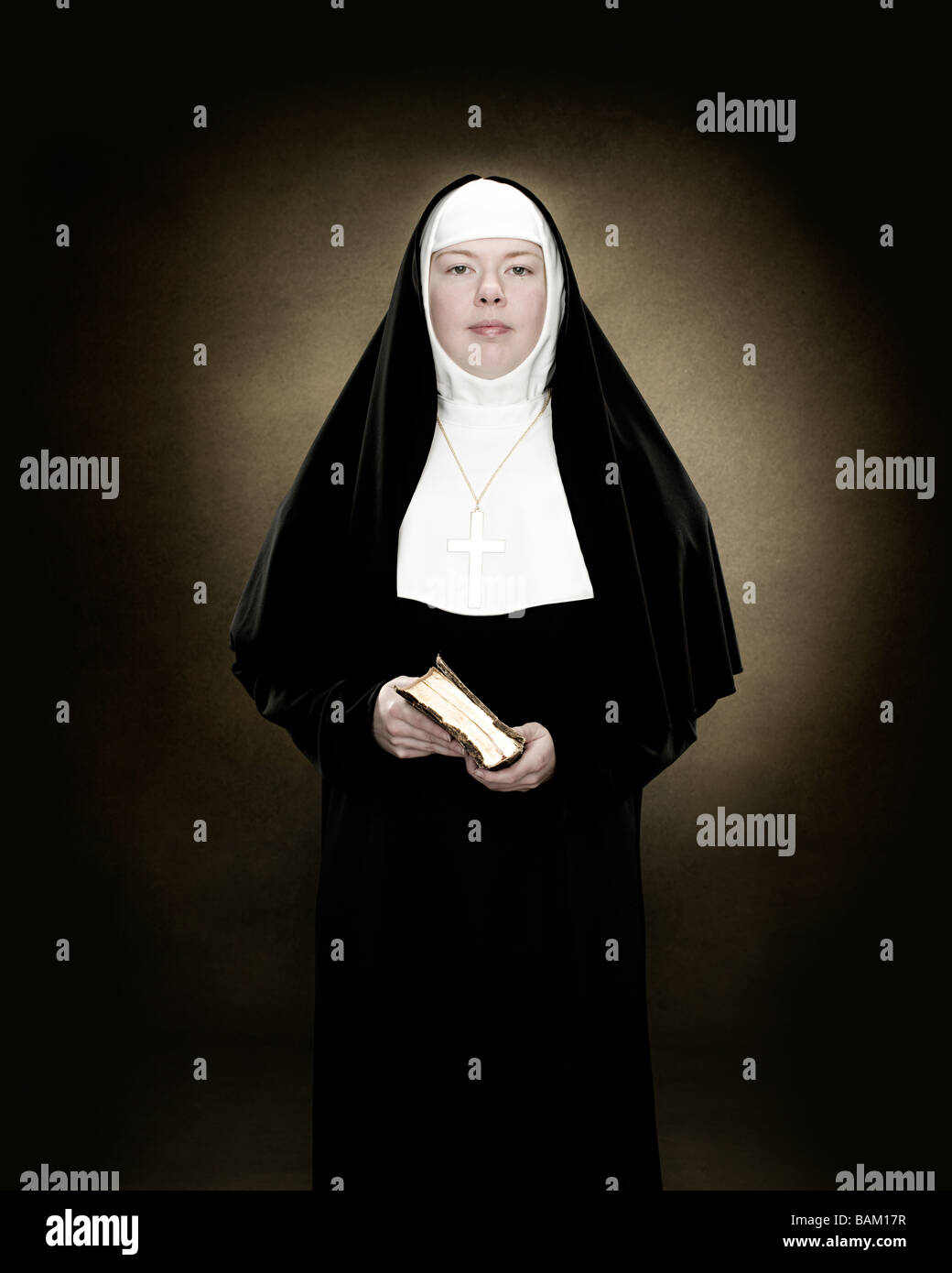 Portrait of a nun holding a bible - Stock Image