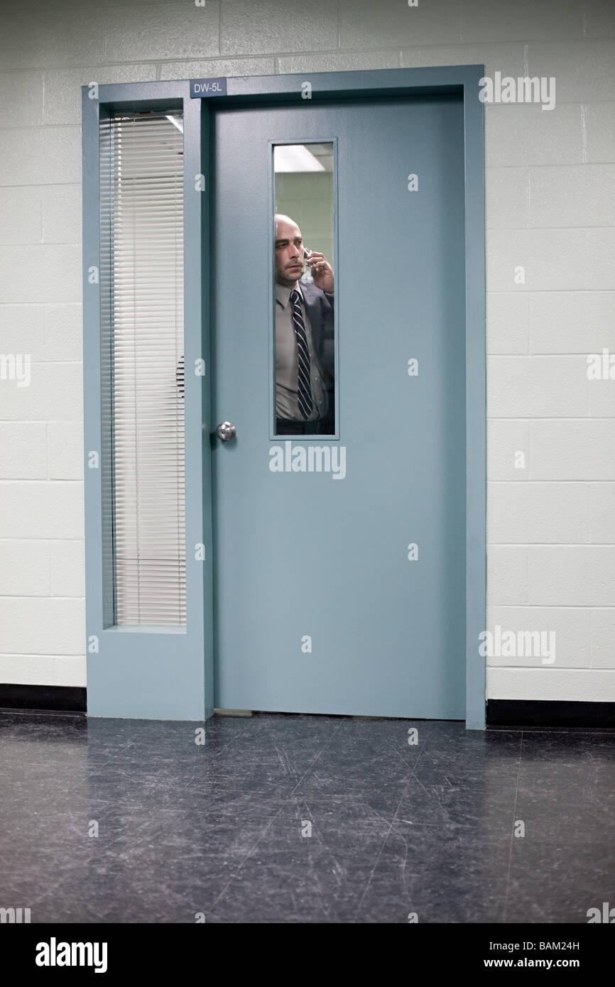 Detective behind door - Stock Image