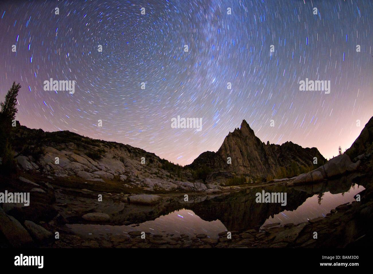 Prusik peak gnome tarn and stars in sky - Stock Image