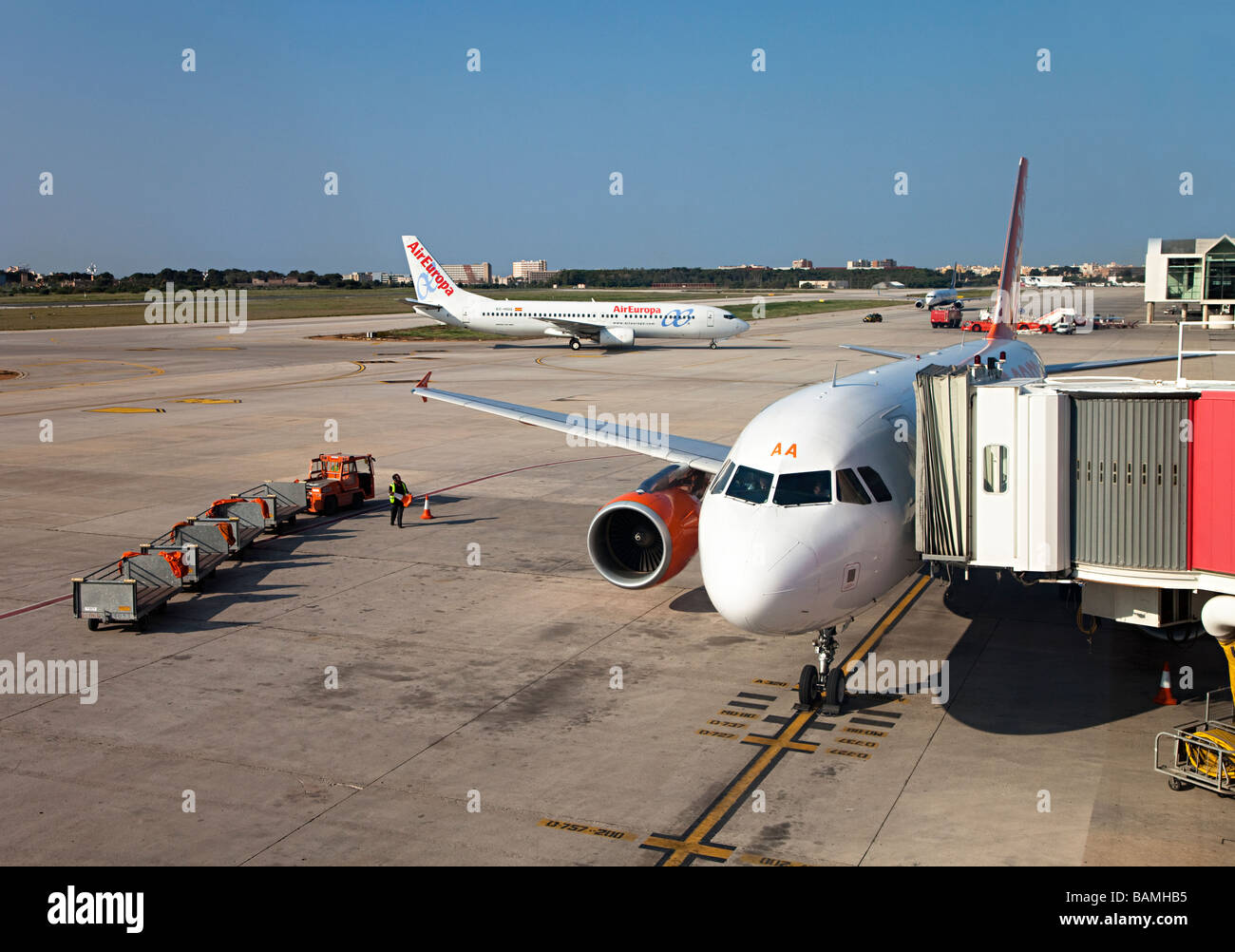 Easyjet aircraft at terminal with ground crew in attendance Palma airport Mallorca Spain - Stock Image