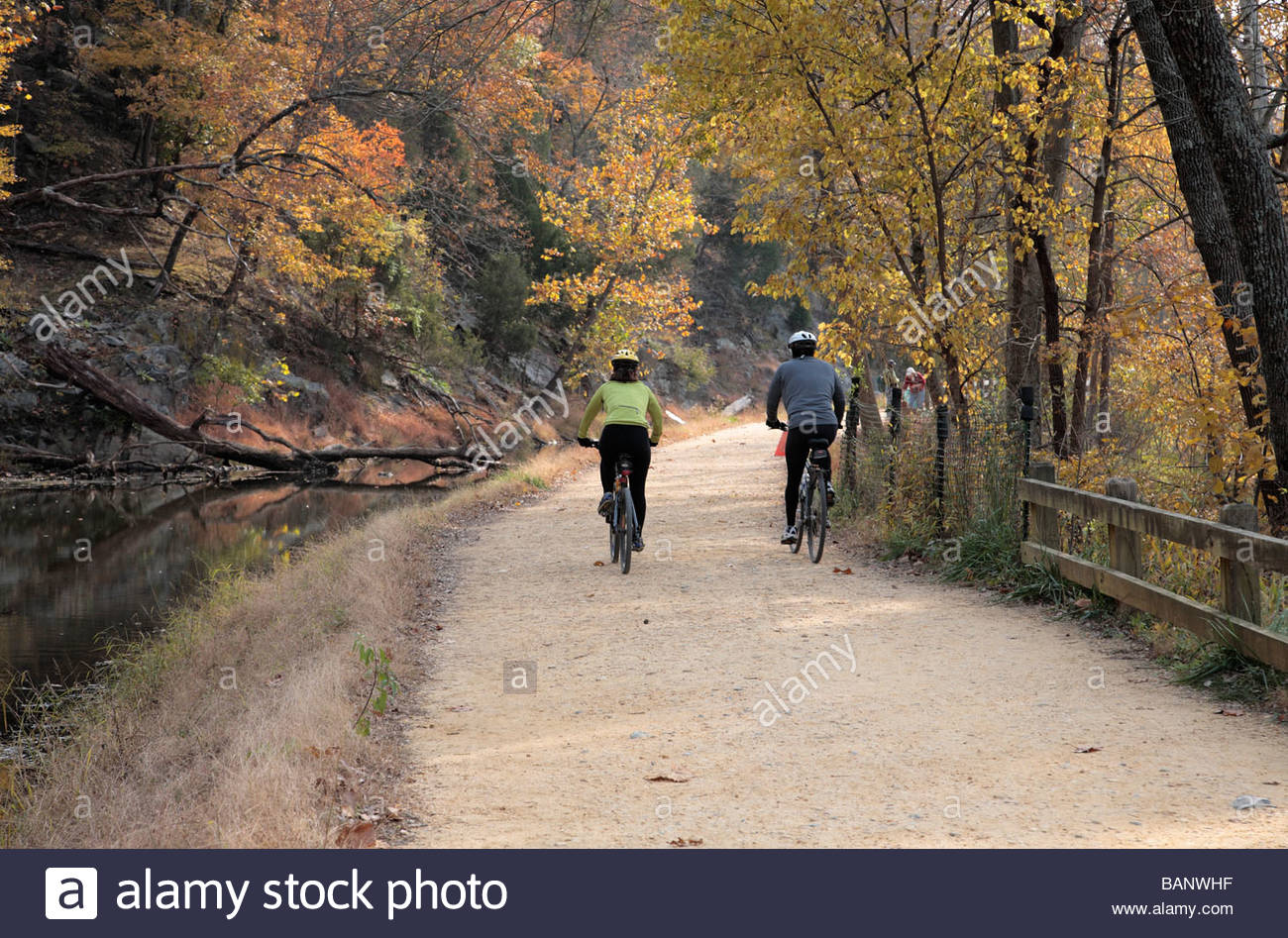 Cyclists and hikers use the towpath on the C&O Canal in the Great Falls area. - Stock Image