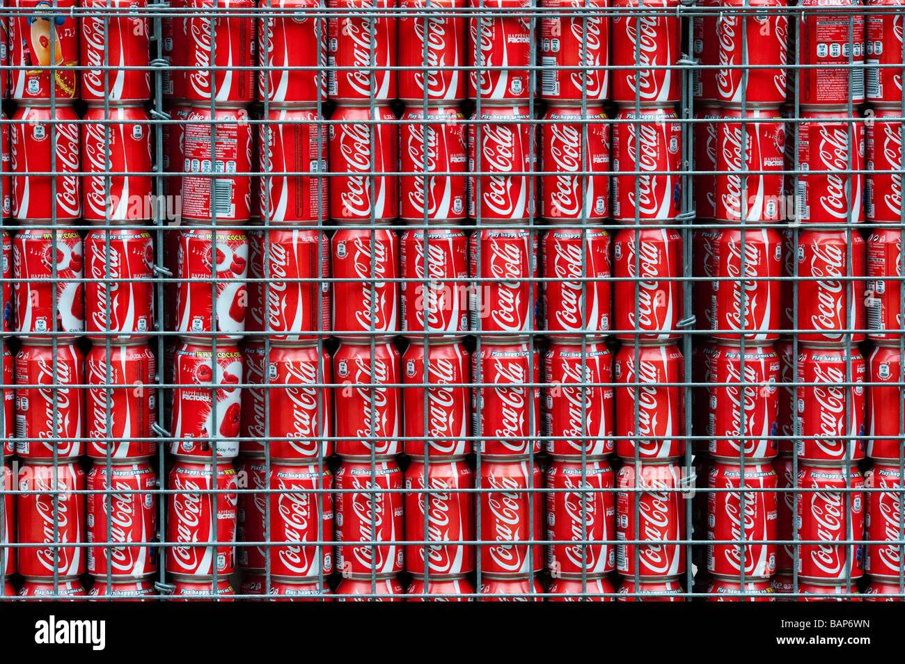 Recycled Coca Cola can garden wall in a design garden at Keukenhof gardens, Amsterdam - Stock Image