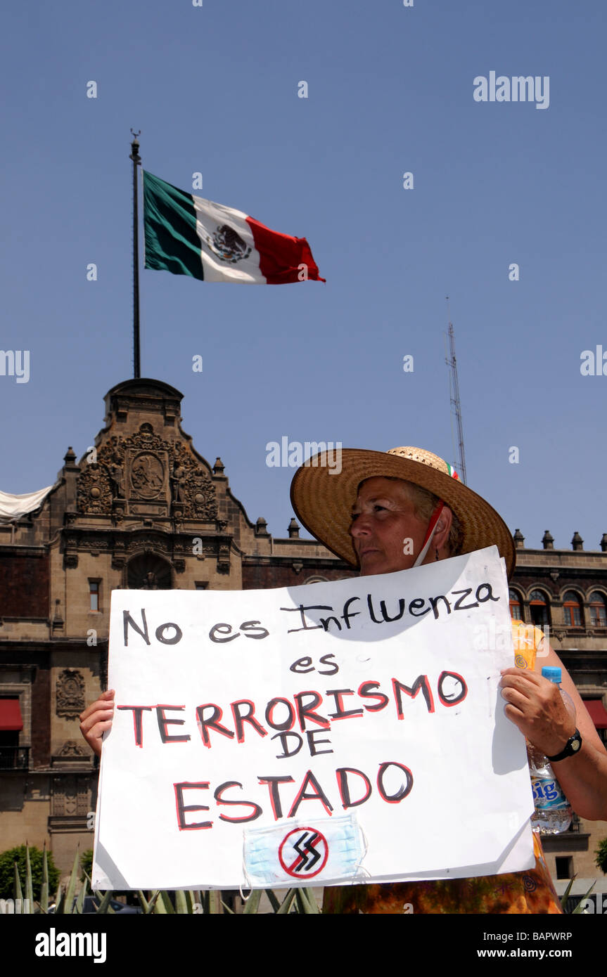 An opposition protester in Mexico holds a sign saying that measures against influenza are state terrorism - Stock Image