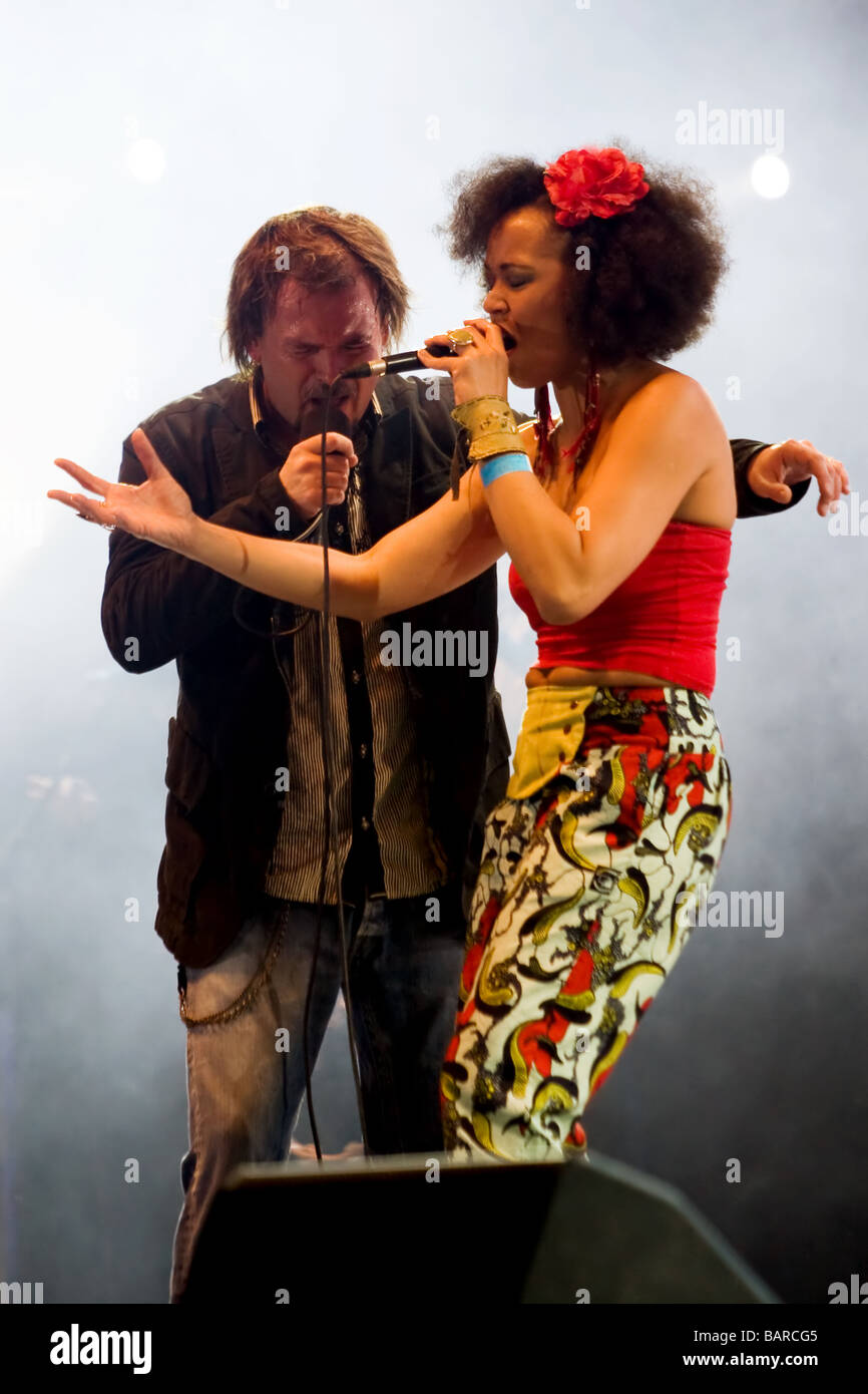 Gibonni and Maya Azucena performing a duet - Stock Image