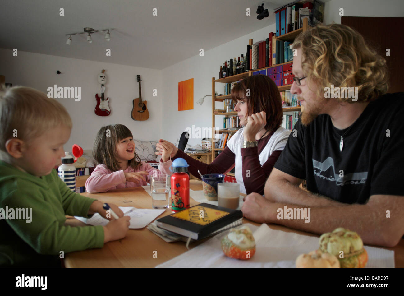 Junge Familie zu Hause Stock Photo