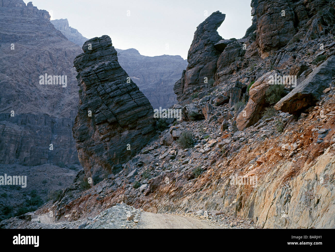 Gravel road to the village of Yasab going through the Western Hajar Mountains Schotterstrasse zum Dorf Yasab Stock Photo