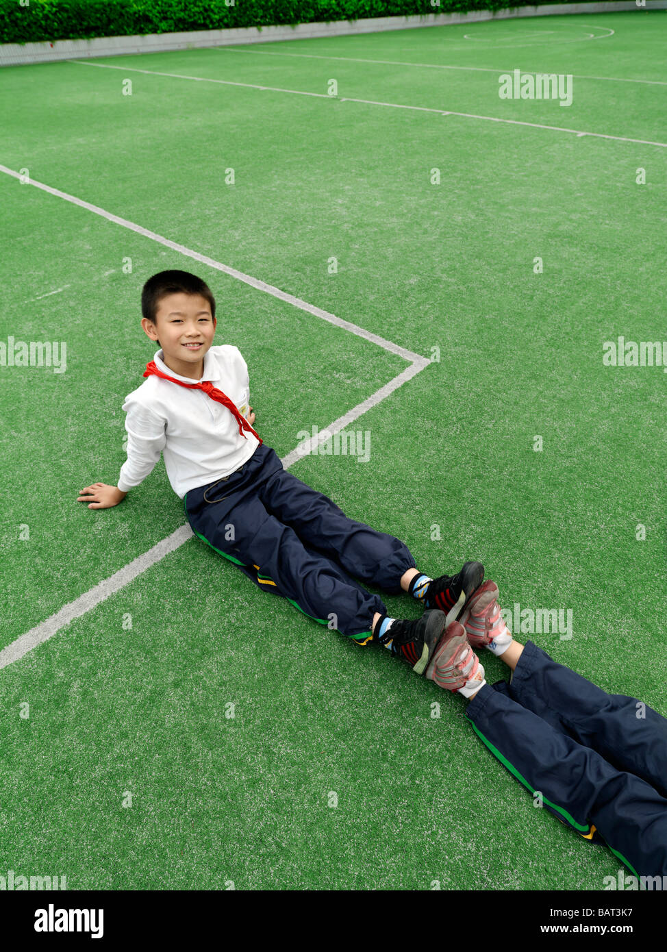School children stretching during a physical fitness class - Stock Image