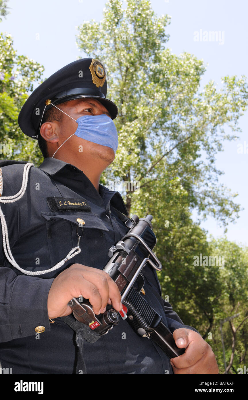 A fully armed Mexican police officer protects himself with a face mask against H1N1 swine flu influenza - Stock Image