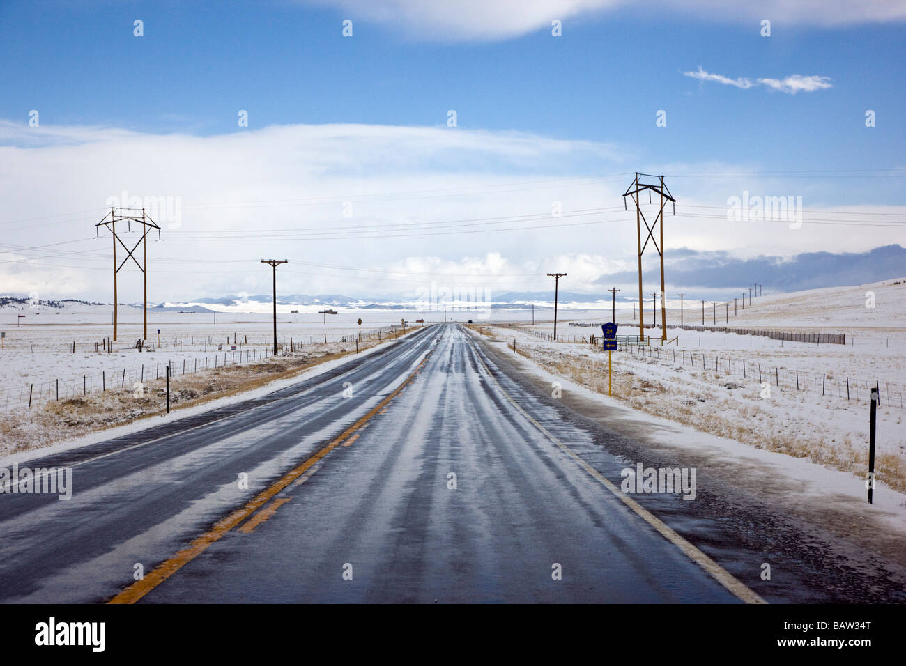 View from the driver s perspective of Route 285 between Fairplay and Buena Vista in a clearing spring snow storm - Stock Image
