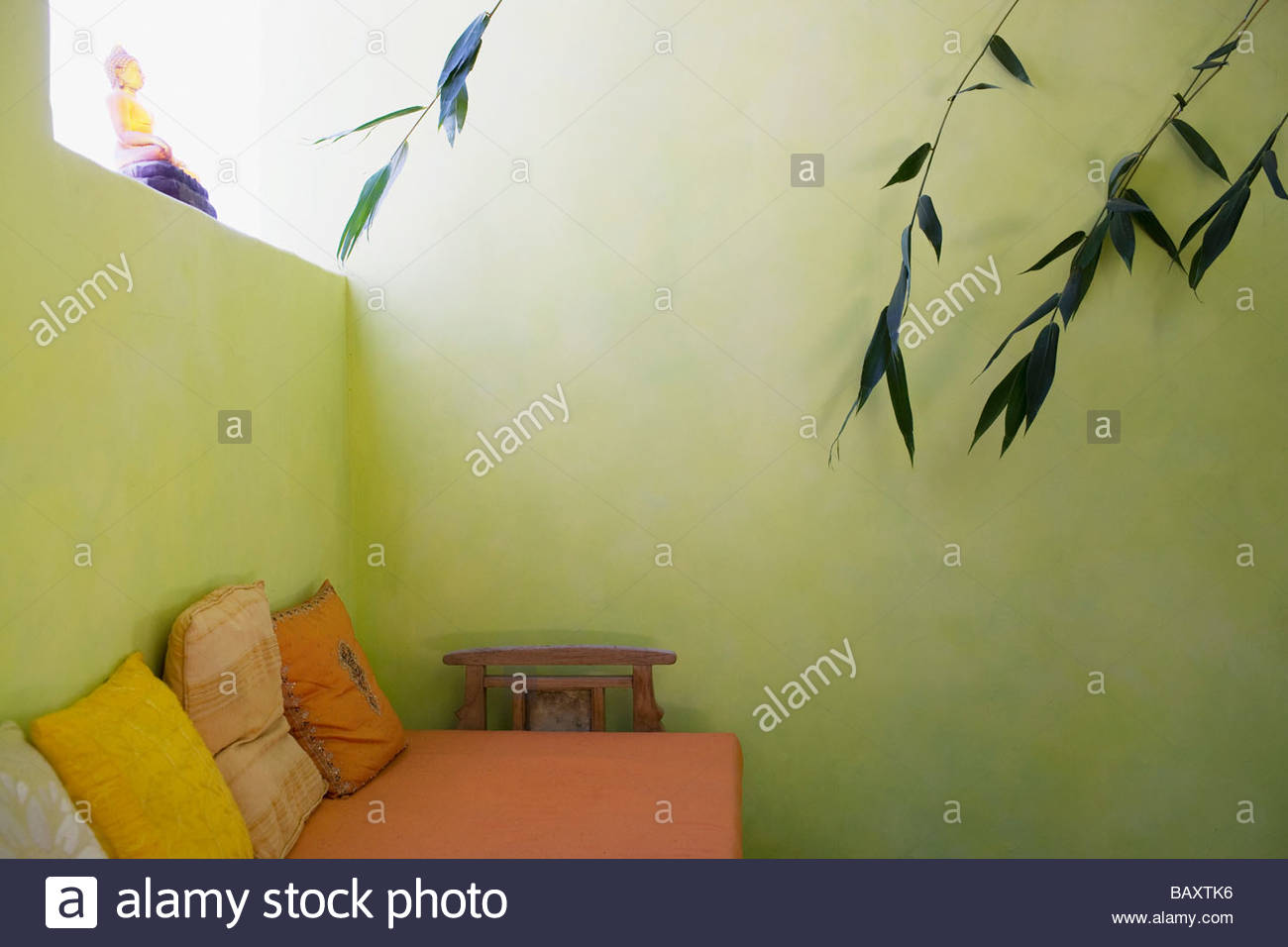 Daybed in green room with plants - Stock Image