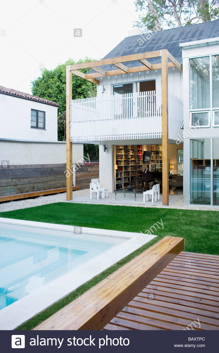 Exterior of modern house, swimming pool - Stock Image