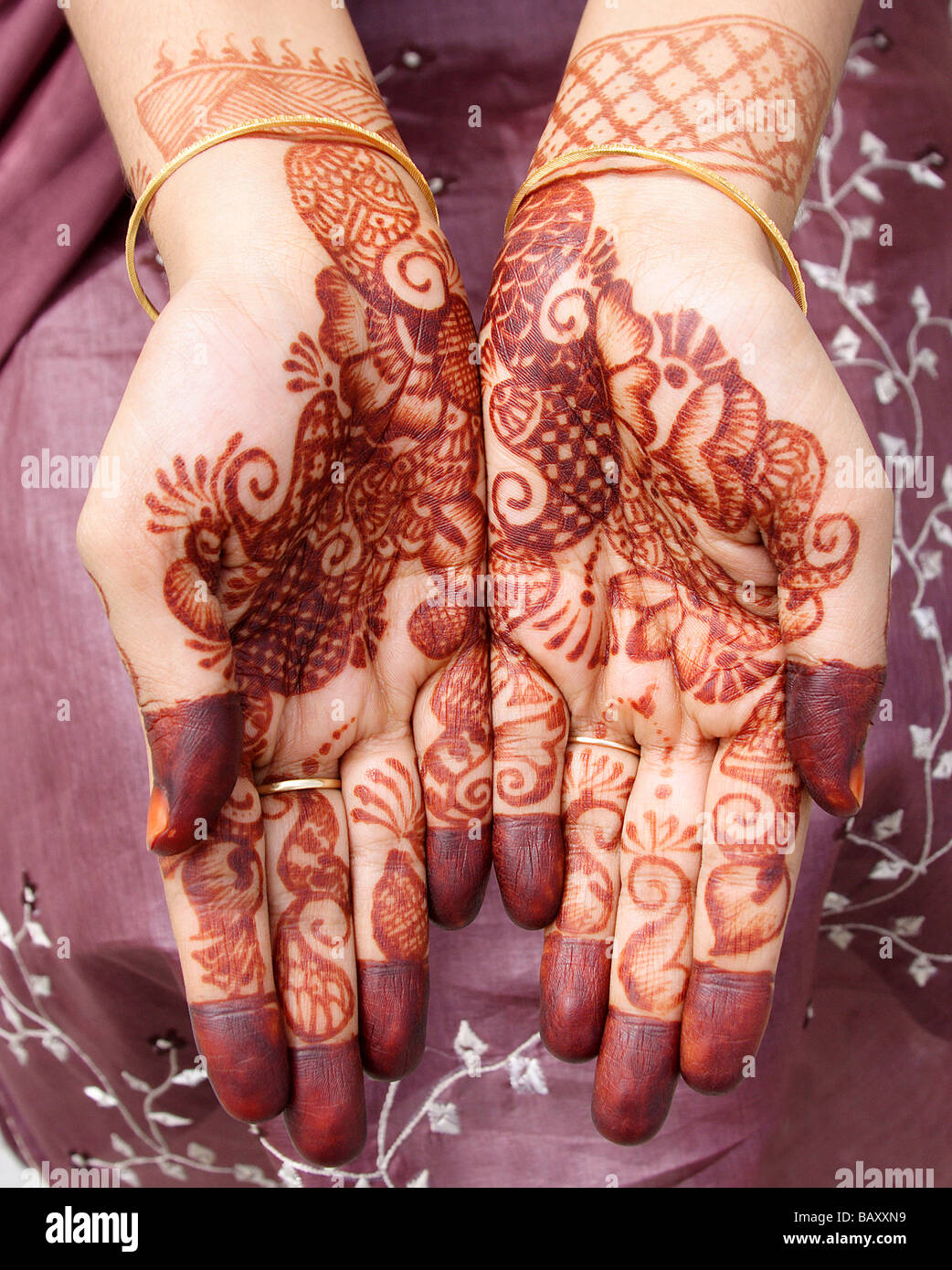e0ce7818fb74b Beautiful henna tattoo on bride's hands Stock Photo: 23948661 - Alamy