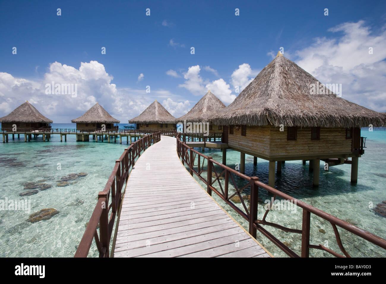 Jetty to Hotel Kia Ora overwater bungalows, Avatoru, Rangiroa, The Tuamotus, French Polynesia - Stock Image
