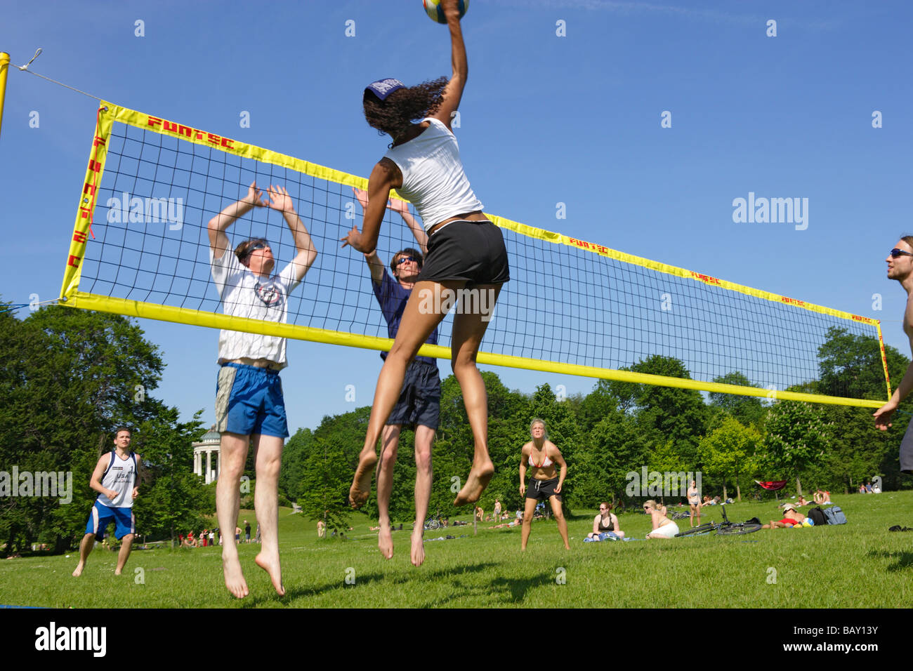 People playing volleyball in the English Garden, Munich, Bavaria, Germany - Stock Image