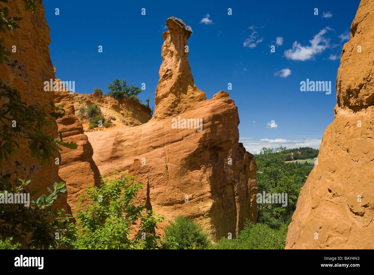 Colorado Provencal, rocks of ochre under a blue sky, Rustrel, Vaucluse, Provence, France - Stock Image
