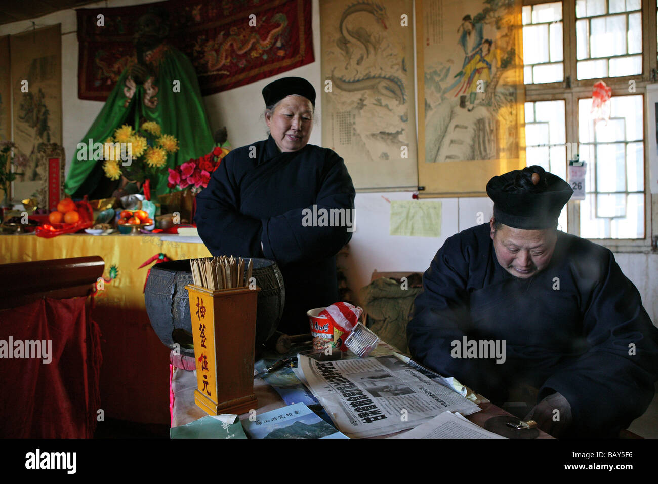 A monk and a nun at the monastery at Golden Lock Pass, Hua Shan, Shaanxi province, China, Asia - Stock Image