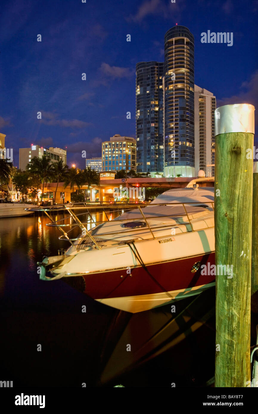 Yacht mooring in front of Las Olas Riverhouse Apartments on the New River, Fort Lauderdale, Florida, USA - Stock Image