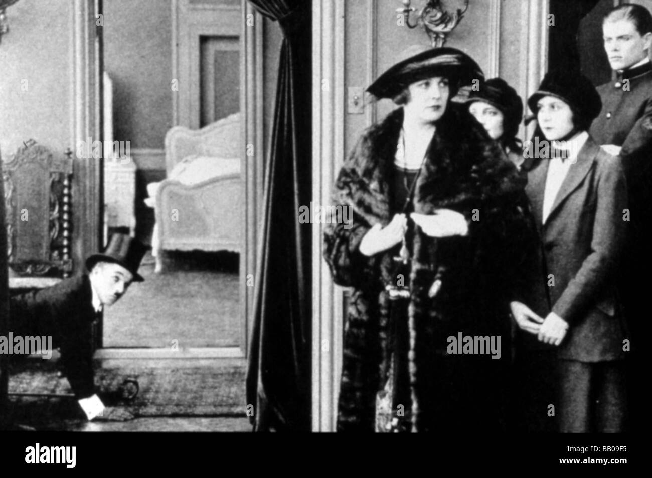 The idle class / Vanity Fair Year : 1921 Director : Charlie Chaplin Charlie Chaplin, Edna Purviance - Stock Image