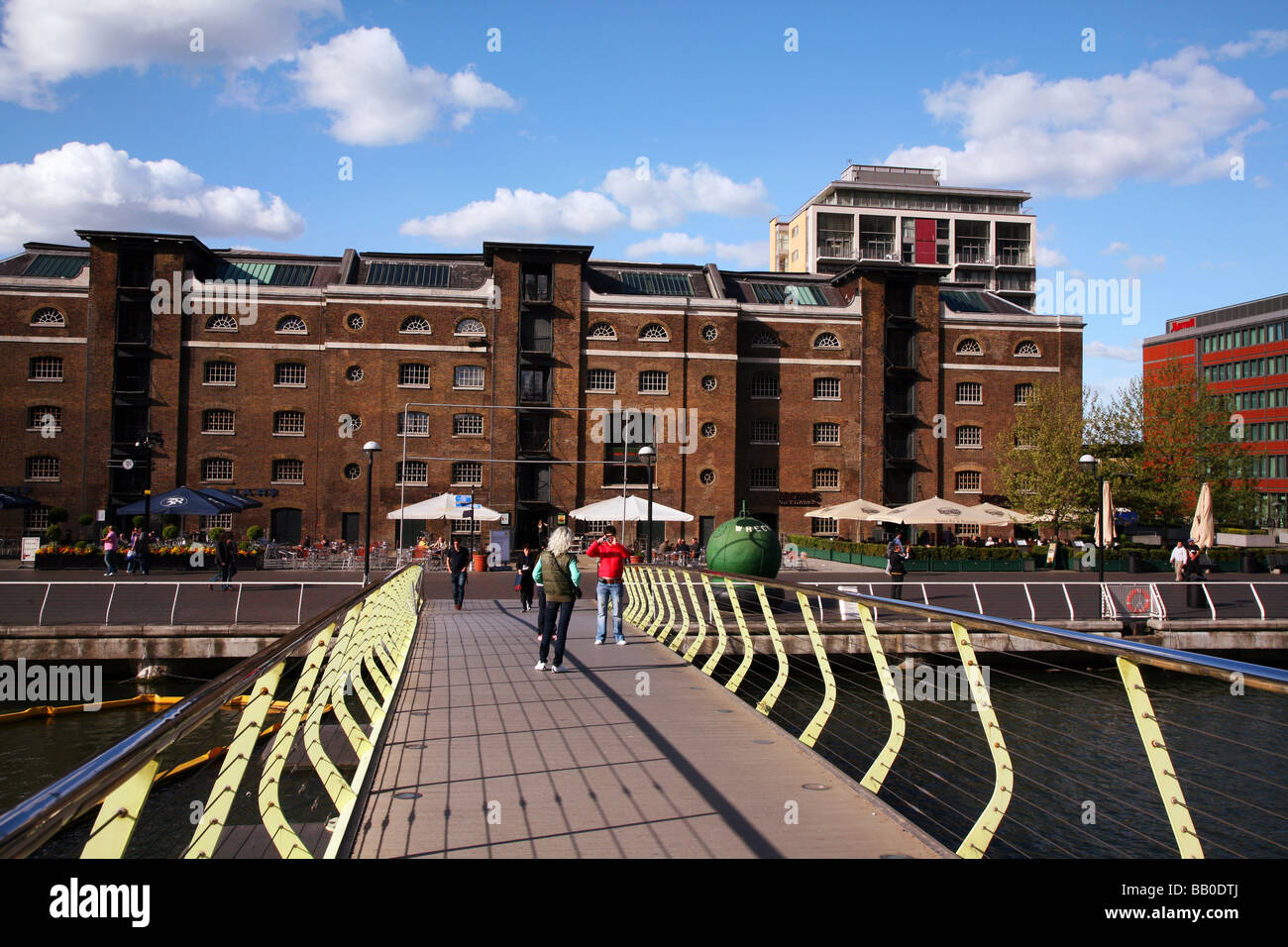 Popular restaurant area at Canary Wharf in London Docklands - Stock Image