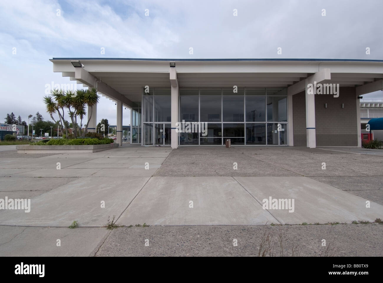 Empty car lot and showroom of a closed Buick Pontiac GMC Dealership in San Jose, CA - Stock Image