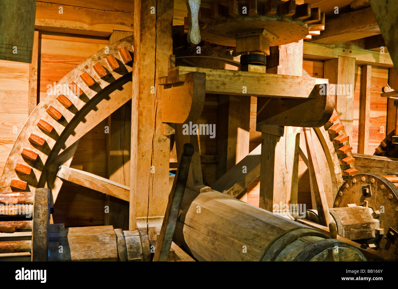 The wooden gears of the historic George Washington Grist Mill, circa 1800. - Stock Image