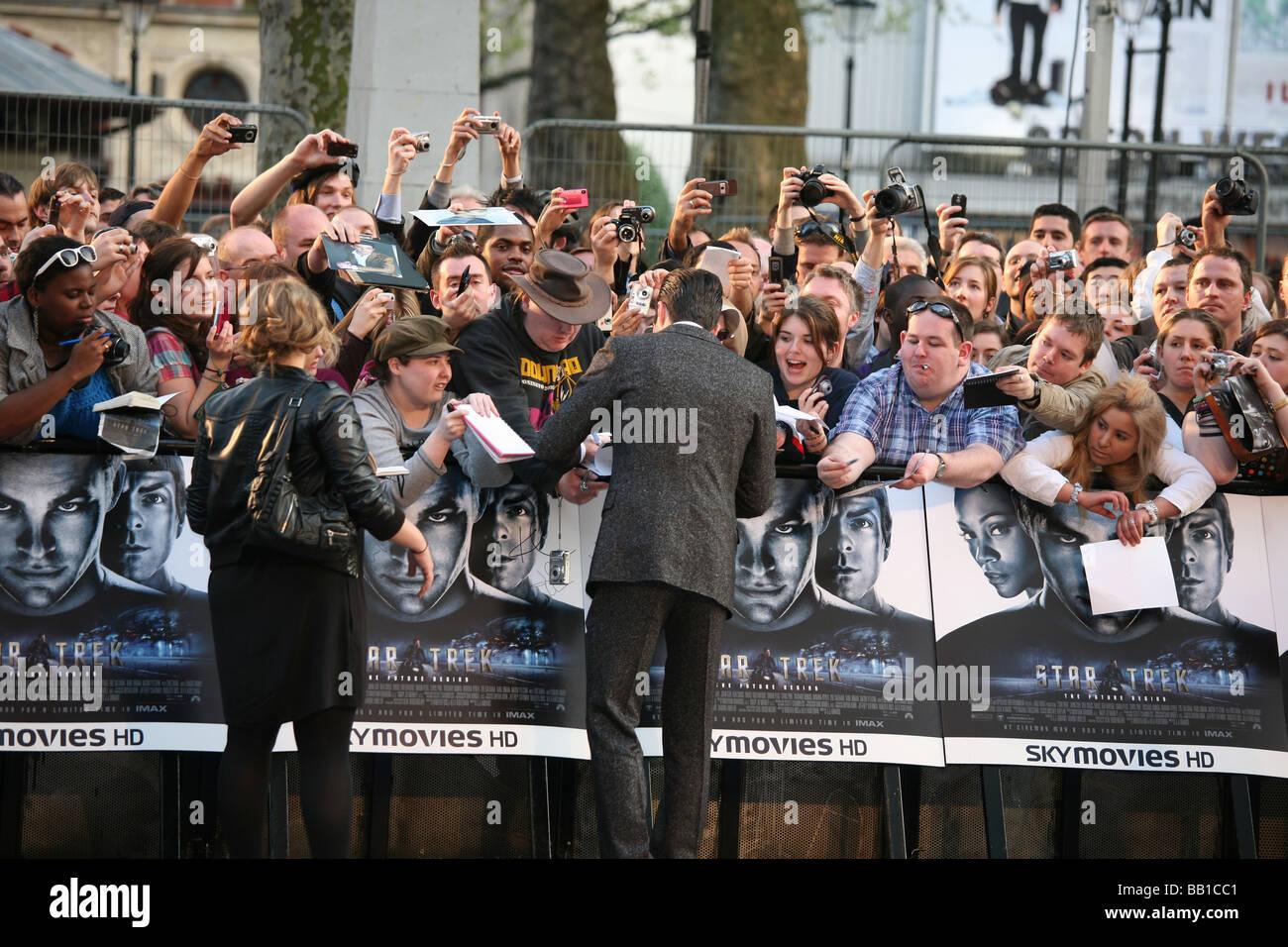 film premier paparazzi fans 'autograph hunters' - Stock Image
